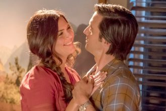 Mandy Moore as Rebecca Pearson and Milo Ventimiglia as Jack Pearson on This Is Us