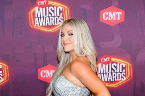CMT Music Awards performer Lindsay Ell debuts cast at show, reveals how she broke foot